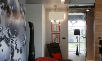 salon z czerwona kanapa
