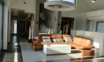 salon z wysokim dachem